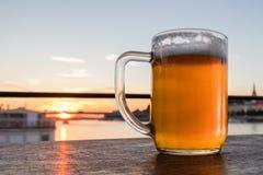 Een glas bier op een zonsondergang, Bratislava, Slowakije stock fotografie