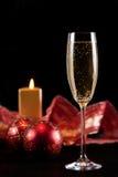 Een glas champagne in Kerstmis Royalty-vrije Stock Foto's