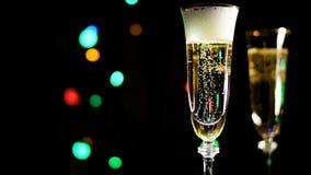 Een glas champagne met bellen stock footage