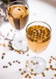 Een glas champagne met gouden sterren Stock Foto