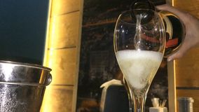 Een glas champagne in een nachtclub stock video