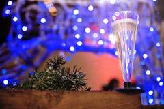 Een glas champagne op de achtergrond van Kerstmislichten stock foto's