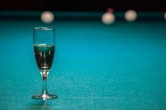Een glas champagne is op de poollijst de winnaar van het spel, de kampioen drinkt een glas mousserende wijn Hobbys, sporten royalty-vrije stock afbeelding