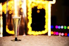 Een glas champagne op een sneeuwlijst royalty-vrije stock fotografie