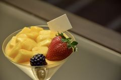 Een glas het dessert van de fruitluxe en vage achtergrond stock afbeelding