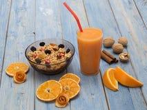 Een Glas Jus d'orange met sinaasappelen Stock Afbeeldingen