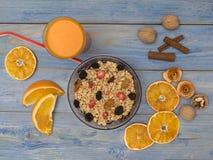 Een Glas Jus d'orange met sinaasappelen Stock Fotografie