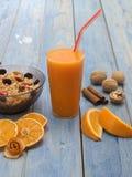 Een Glas Jus d'orange met sinaasappelen Royalty-vrije Stock Afbeelding