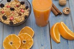 Een Glas Jus d'orange met sinaasappelen Royalty-vrije Stock Afbeeldingen