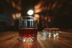 Een glas met alcohol Royalty-vrije Stock Afbeeldingen