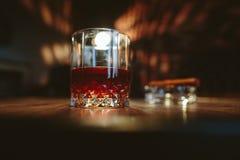 Een glas met alcohol Stock Afbeeldingen