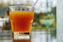 Een glas met jus d'orange Royalty-vrije Stock Afbeelding