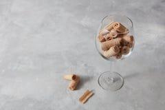 Een glas met wafeltje romige broodjes - dessert voor wijn a op een grijze marmeren achtergrond stock fotografie