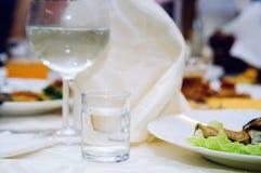 Een glas met wodka op een dienende lijst Close-up royalty-vrije stock afbeeldingen
