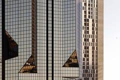Een glas modern gebouw met geometrische hoeken en bezinning stock fotografie