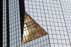 Een glas modern gebouw met geometrische hoeken en bezinning royalty-vrije stock fotografie
