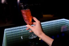 Een glas is op een glaslijst stock foto