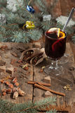 Een glas overwogen wijn en kruiden Stock Afbeelding