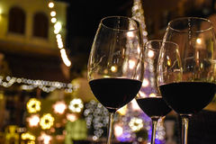 Een glas rode wijn bij nacht stock afbeeldingen