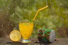 Een glas sodawater op een oude raad, op de aard Royalty-vrije Stock Foto's