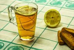 Een glas thee met citroen en vanillebroodkruimels Stock Foto's
