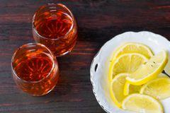 Een glas van alcohol en gesneden citroen royalty-vrije stock fotografie