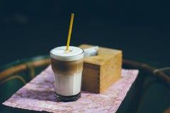 Een glas van cappuccino op de lijst in openlucht royalty-vrije stock afbeeldingen