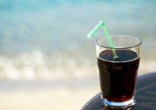 Een glas van drank dichtbij het strand Royalty-vrije Stock Foto