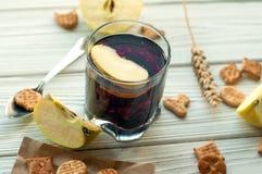 Een glas van een fruitdrank (sap), crackers, verse appelen en een citroen Stock Afbeeldingen