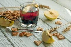 Een glas van een fruitdrank (sap), crackers, verse appelen en een citroen Royalty-vrije Stock Fotografie