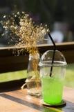 Een glas van frisdrank met ijs, gezet op de houten lijst Stock Afbeeldingen