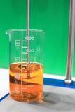 Een glas van het chemische product. Stock Afbeeldingen