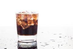 Een glas van het verfrissen van koude bruisende koladranken Stock Foto's