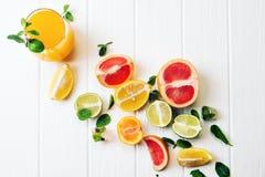 Een glas van sap en citrusvrucht op de achtergrond De mening vanaf de bovenkant Stock Foto's