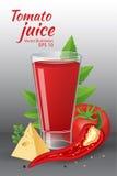 Een glas van van smakelijk vers tomatesap met rode rijpe tomaten, groene tomaat doorbladert, kaas, hete Spaanse peperpeper en pet Stock Foto's