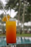 Een glas van Zonsopgang Tequila door een Pool Stock Fotografie