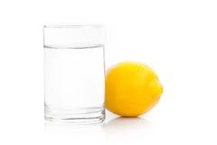 Een glas vers drinkwater en een kalk Stock Afbeelding