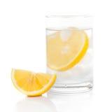 Een glas vers drinkwater en een kalk Stock Fotografie