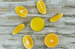 Een glas vers jus d'orange met plakken van sinaasappel op een lichte houten lijst Hoogste mening royalty-vrije stock foto