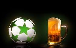 Een glas vers, koud bier Stock Afbeeldingen