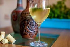Een glas wijn en flessen in perspectief royalty-vrije stock foto's