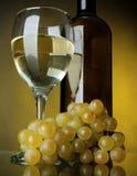 Een glas wijn, fles en druiven Stock Foto's