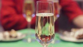Een glas witte wijn stock video