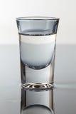 Een glas wodka in een blauw licht. Royalty-vrije Stock Foto