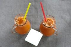 Een glas wortelsap stock fotografie