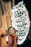 Een glasbal op de achtergrond van een slinger Royalty-vrije Stock Foto's