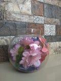 Een glaskom in bloemen stock foto's