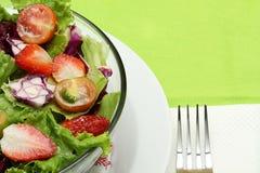De salade van groenten, op groene achtergrond Stock Afbeelding