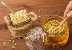 Een glaskruik heerlijke honing met pijnboomnoten Bank met pijnboomnoten Royalty-vrije Stock Fotografie