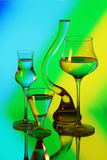 Een glasvaas en drie wijnglazen Royalty-vrije Stock Foto